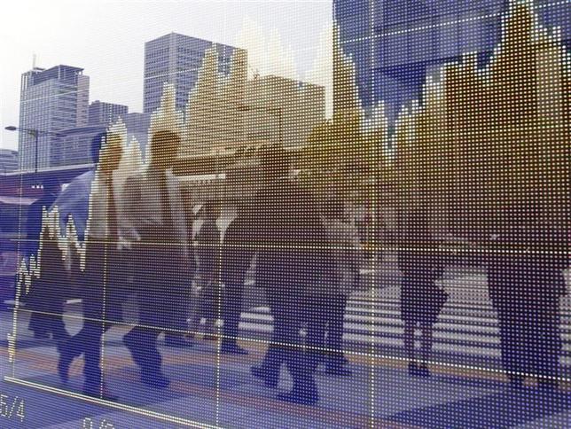 2月21日、マーケットは経済指標に一喜一憂する不安定な展開だ。写真は都内の株価ボード。2010年5月撮影(2014年 ロイター/Yuriko Nakao)
