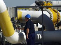 Сотрудник Bulgartransgaz на компрессорной станции в Провадии 30 сентября 2012 года. Азербайджан может быть заинтересован в инвестициях в газохранилище и газораспределительную сеть Болгарии, сказал министр энергетики Болгарии Драгимир Стойнев. REUTERS/Stoyan Nenov