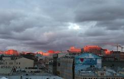 Вид на центр Москвы 26 сентября 2013 года. Последние зимние выходные в российской столице принесут в Москве небольшое похолодание в ночь на субботу, но в целом будут такими же аномально теплыми, как и прошедшая рабочая неделя, прогнозируют синоптики. REUTERS/Tatyana Makeyeva