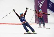 Канадские фристайлистки Мариэль Томпсон (слева) и Келси Серва после финального заезда в соревнованиях по ски-кроссу на Олимпиаде в Сочи 21 февраля 2014 года. Канадская фристайлистка Мариэль Томпсон выиграла в пятницу соревнования в ски-кроссе и помогла своей стране обойти Россию в медальном зачете. REUTERS/Dylan Martinez