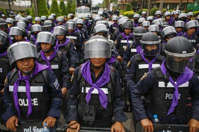 Unpaid Thai farmers call off airport tractor protest