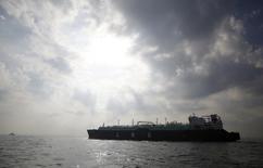 СПГ-танкер в Токийском заливе близ города Ёкосука 22 октября 2012 года. Сжиженный природный газ (СПГ) из США к концу десятилетия будет конкурировать с российским газом на рынке Европы, предположил директор по СПГ ConocoPhillips Бёргер Бейлтскард. REUTERS/Issei Kato