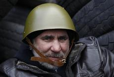 Участник антиправительственных выступлений в Киеве 21 февраля 2014 года. Президент Украины Виктор Янукович в пятницу подписал соглашение с представителями оппозиции при посредничестве ЕС, направленное на то, чтобы положить конец кровопролитному политическому кризису, унесшему более 80 жизней. REUTERS/David Mdzinarishvili