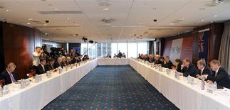 Vista general de la mesa redonda en la reunió de ministros de Finanzas y jefes de bancos centrales del G20 en Sídney, feb 21 2014. El grupo de las veinte principales economías del mundo se comprometerá a tomar medidas concretas para impulsar el crecimiento global de manera significativa y reconoce la necesidad de que se normalicen las políticas monetarias en las economías avanzadas, informó Bloomberg News citando un borrador del comunicado de la reunión del G20 de este fin de semana. REUTERS/Dan Himbrechts/Pool