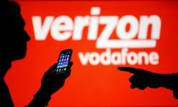 Vodafone a achevé la cession de ses parts dans l'opérateur mobile américain Verizon Wireless, qui doit lui permettre de redistribuer 23,9 milliards de dollars à ses actionnaires. L'opération avait été annoncée en septembre dernier. /Photo d'archives/REUTERS/Dado Ruvic