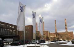 Le siège de Volkswagen à Wolfsburg. Le groupe automobile allemand fait état d'un bénéfice d'exploitation pour 2013 en progression de 1,5% à 11,7 milliards d'euros, un record, grâce à la hausse de ses ventes de voitures haut de gamme et à des réductions de coûts. /Photo d'archives/REUTERS/Fabrizio Bensch