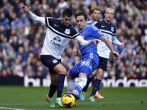 Chelsea's Frank Lampard (R) challenges Everton's Kevin Mirallas during their English Premier League soccer match at Stamford Bridge in London February 22, 2014. REUTERS/Toby Melville