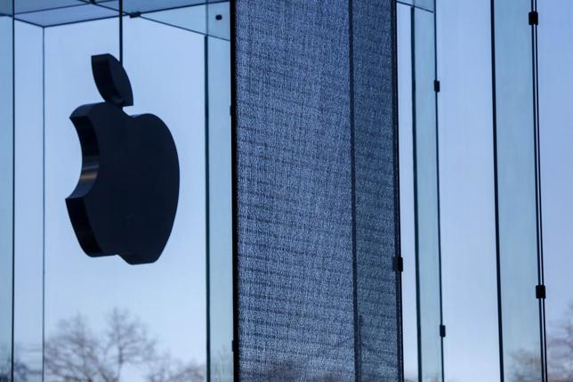 A shattered large glass panel, part of Apple's cube store on Fifth Avenue, damaged from the results of the snowstorm on Tuesday is seen in New York, January 22, 2014. REUTERS/Shannon Stapleton