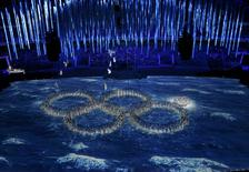 Performers form the Olympic rings during the closing ceremony for the 2014 Sochi Winter Olympics, February 23, 2014. REUTERS/Pawel Kopczynski