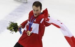 Canada's Jonathan Toews celebrates with his gold medal during the presentation ceremony after his team defeated Sweden in the men's ice hockey final game at the 2014 Sochi Winter Olympic Games, February 23, 2014. REUTERS/Grigory Dukor