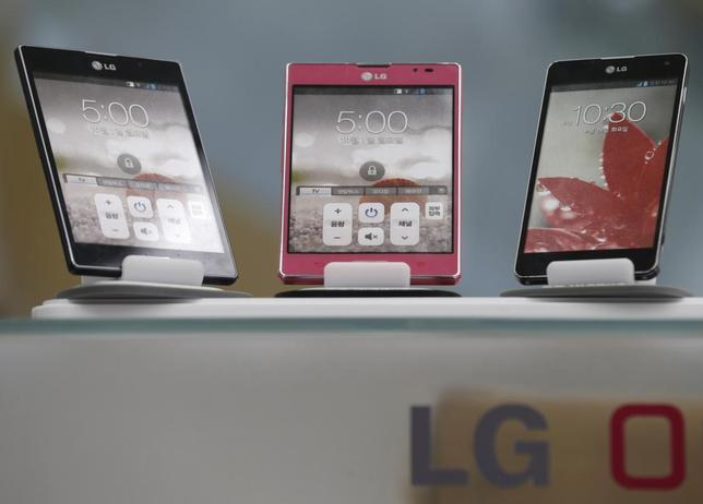 LG Electronics' smart phones are displayed at a shop in central Seoul, July 23, 2013. REUTERS/Lee Jae-Won