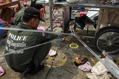 Thai police officers inspect the site of an explosion during an anti-government protest at Khao Saming district, Trat province February 23, 2014. REUTERS/Stringer