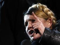Юлия Тимошенко выступает со сцены на Майдане Незалежности в Киеве 22 февраля 2014 года. Лидер украинской оппозиции Юлия Тимошенко, которой кровопролитный кризис, унесший более 80 жизней, даровал освобождение из тюрьмы, приехала на киевский евромайдан прямо из Харькова, где она провела в заключении 2,5 года, и заявила, что возвращается в политику. REUTERS/David Mdzinarishvili