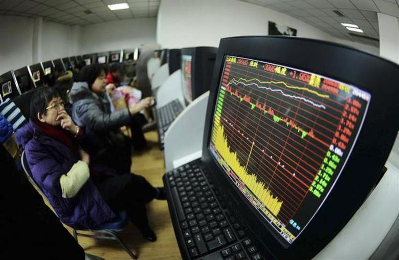 Investors look at computer screens displaying stock information at a brokerage house in Qingdao, Shandong province February 10, 2014. REUTERS/China Daily
