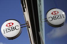 HSBC a dégagé un bénéfice annuel en hausse en 2013, à 22,6 milliards de dollars contre 20,6 milliards l'année précédente, mais inférieur aux attentes des analystes, qui prévoyaient en moyenne 24,3 milliards de dollars. /Photo d'archives/REUTERS/Stefan Wermuth