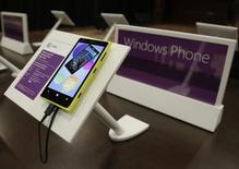 Телефон Nokia на платформе Windows Phone выставлен на обозрение во время ежегодной встречи акционеров Microsoft в Белвью, штат Вашингтон, 19 ноября 2013 года. Microsoft Corp хочет значительно расширить аудиторию пользователей смартфонов на платформе Windows Phone за счет перехода на более дешевые микросхемы и упрощения стандартов для производителей аппаратов, что поможет им снизить расходы. REUTERS/Jason Redmond