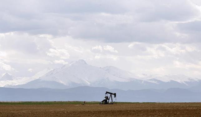 An oil derrick can be seen in a field near Denver, Colorado May 16, 2008. REUTERS/Lucas Jackson