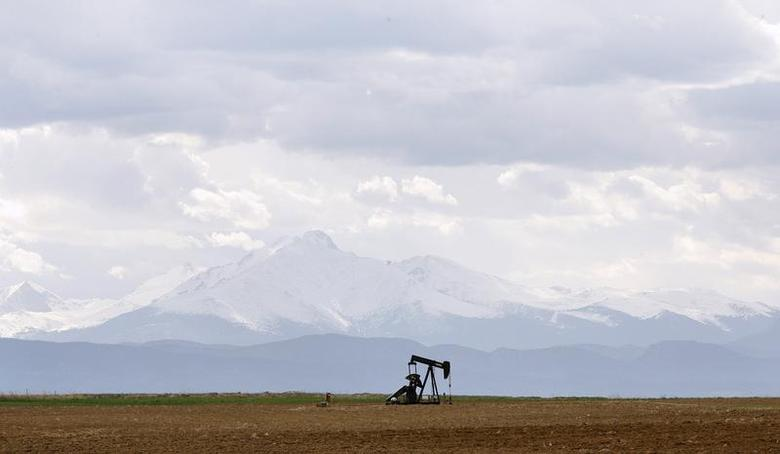 An oil derrick can be seen in a field near Denver, Colorado May 16, 2008. REUTERS/Lucas Jackson