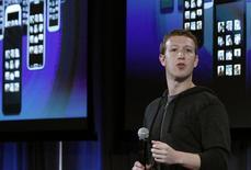 El presidente ejecutivo de Facebook, Mark Zuckerberg, en un evento de la firma en Menlo Park, EEUU, abr 4 2013. El presidente ejecutivo de Facebook, Mark Zuckerberg, dará una vuelta de honor en la mayor conferencia de telefonía móvil del mundo en Barcelona el lunes, después de superar a Google en la adquisición por 19.000 millones de dólares del servicio de mensajería WhatsApp. Pero se enfrenta a una nueva y ardua tarea en el horizonte. REUTERS/Robert Galbraith/Files