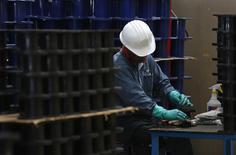 Un empleado revisa un rollo de plástico en la planta acerera de TIM en Huamantla, México, oct 11 2013. La tasa de desempleo de México fue de un 4.81 por ciento en enero ajustada por estacionalidad, un nivel similar al del mes anterior y congruente con la desaceleración económica que observó el país al cierre del año pasado. REUTERS/Tomas Bravo