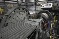 Unos trabajadores de la minera Capstone en la fundición de la firma en la mina Minto en Minto, Canadá, ago 21 2012. La mayoría de las pequeñas mineras canadienses espera reactivar sus exploraciones este año tras un oscuro periodo en el que la falta de dinero hizo que esta actividad entrara en una especie de hibernación, mostró una encuesta de Reuters. REUTERS/Chris Wattie