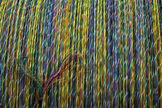 Cables de fibra óptica en la planta Nexans de Maliano, España, mar 30 2006. La presidenta brasileña Dilma Rousseff presionó el lunes a la Unión Europea para tender un cable de fibra óptica a través del Atlántico, buscando reducir su dependencia de las conexiones de Estados Unidos después de reportes de espionaje de Washington. REUTERS/Victor Fraile