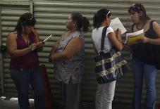 Un grupo de postulantes a empleo rellenan aplicaciones en una feria laboral en Monterrey, México, feb 24 2009. La inflación de México se moderó en la primera mitad de febrero y la tasa de desempleo quedó casi sin cambios en enero, en dos señales que fortalecen el escenario de estabilidad de la tasa de interés de referencia durante un largo periodo. REUTERS/Tomas Bravo