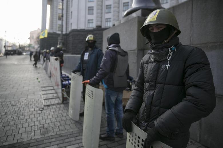 Anti-Yanukovich demonstrators guard a government building in Kiev February 24, 2014. REUTERS/Baz Ratner