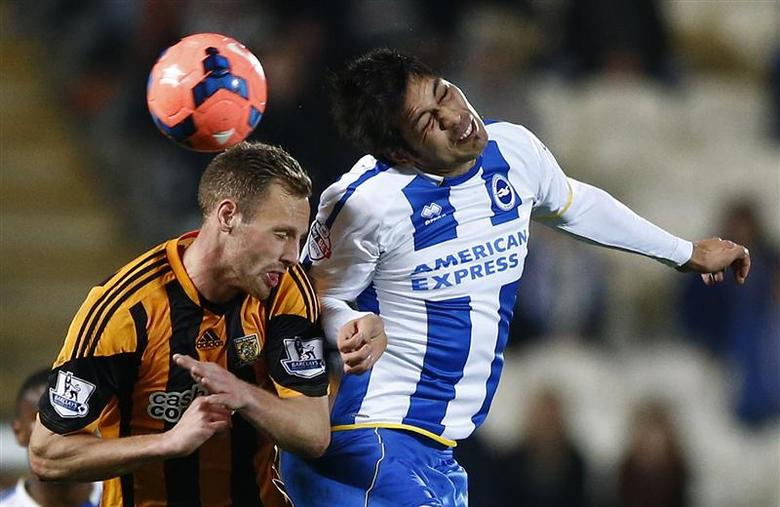 Hull City's David Meyler (L) challenges Brighton Hove Albion's Leonardo Ulloa during their FA Cup fifth round replay soccer match at the KC Stadium in Hull, northern England, February 24, 2014. REUTERS/Darren Staples