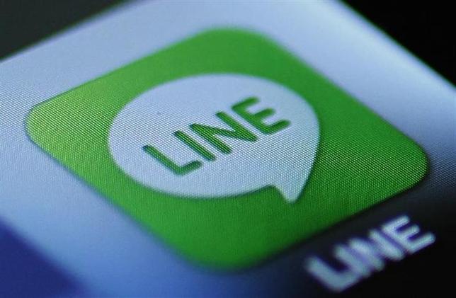 2月25日、韓国の検索サイト最大手ネイバーは、日本子会社であるLINEについて、ソフトバンクから株式取得の正式な提示を受けていないと述べた。写真はLINEのアイコン。2012年8月撮影(2014年 ロイター/Yuriko Nakao)