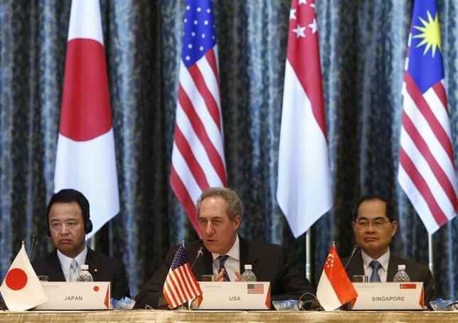 2月25日、シンガポールで4日間の日程で開かれた環太平洋経済連携協定(TPP)交渉の閣僚会合は決着を見ないまま閉幕した。写真は甘利明経済再生担当相(左)ら(2014年 ロイター/Edgar Su)