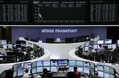 Помещение Франкфуртской фондовой биржи, 25 февраля 2014 года. Европейские фондовые рынки снижаются под давлением акций Fresenius, и многие региональные индексы отступили от многолетних максимумов. REUTERS/Remote/Stringer