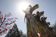 Артисты танцуют в праздник Навруз в Душанбе 21 марта 2012 года. Суд Таджикистана, где почти половина населения живёт менее чем на $2 в день, приговорил к штрафу в $6.245 редакцию независимой газеты, чья сотрудница употребила приписываемое Ленину выражение в адрес интеллигенции. REUTERS/Nozim Kalandarov