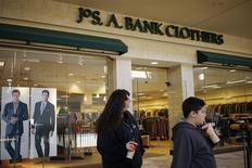 Unos clientes pasan junto a una tienda de la cadena Jos. A.Bank en Broomfield, EEUU, feb 14 2014. La confianza del consumidor estadounidense cayó en febrero debido a un empeoramiento de las expectativas, mostró el martes un informe del sector privado. REUTERS/Rick Wilking