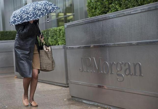A pedestrian walks past the Canary Wharf offices of JP Morgan in London September 19, 2013. REUTERS/Neil Hall/Files