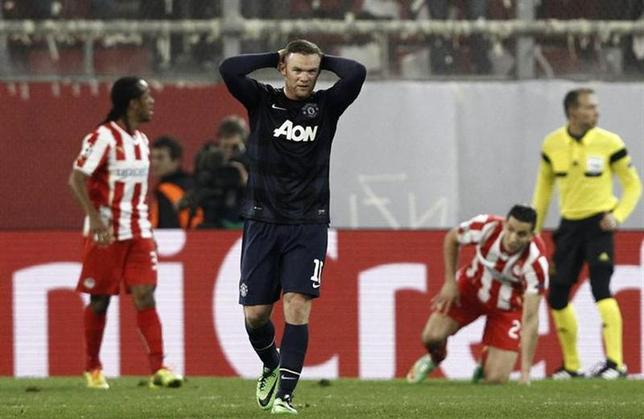 Manchester United's Wayne Rooney (2nd L) reacts during a Champions League round of 16 first leg soccer match against Olympiakos at Karaiskaki stadium in Piraeus, near Athens, February 25, 2014. REUTERS/Yorgos Karahalis