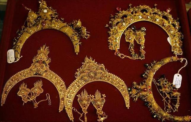 Gold necklaces are displayed at a showroom in Srinagar June 2, 2008. REUTERS/Fayaz Kabli /Files
