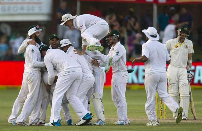 South Africa celebrates taking the wicket of Australia's Nathan Lyon (R) and winning the second test cricket match against Australia in Port Elizabeth, February 23, 2014. REUTERS/Rogan Ward