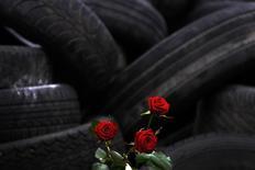 Розы на импровизированном мемориале на баррикаде на Майдане Незалежности в Киеве 25 февраля 2014 года. Юг Украины протестует, пока запад и восток ищут общий язык. REUTERS/Yannis Behrakis
