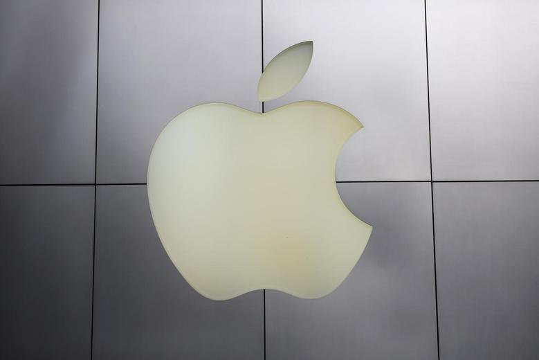 The Apple logo is pictured at its flagship retail store in San Francisco, California January 27, 2014. REUTERS/Robert Galbraith