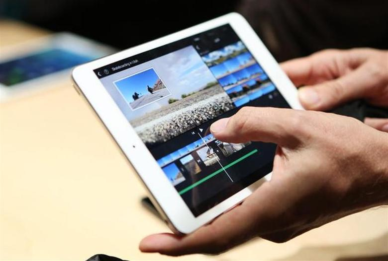A member of the media holds the new iPad mini with Retnia display during an Apple event in San Francisco, California October 22, 2013. REUTERS/Robert Galbraith/Files