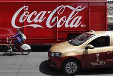 Un camión de la embotelladora mexicana Coca-Cola FEMSA (KOF) en una calle de Ciudad de México, sep 9 2013. La embotelladora mexicana Coca-Cola FEMSA (KOF), la mayor de la popular marca en Latinoamérica, reportó el miércoles una baja del 29 por ciento interanual en su utilidad neta del cuarto trimestre por mayores gastos operativos y financieros que contrarrestaron un alza en sus ingresos. REUTERS/Edgard Garrido