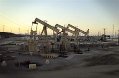 Unidades de bombeo de una subisidiaria de Occidental Petroleum cerca de Long Beach, EEUU, jul 30 2013. Las existencias de crudo en Estados Unidos subieron menos de lo esperado la semana pasada, mientras que las de gasolina cayeron fuertemente, mostró el miércoles un informe de la gubernamental Administración de Información de Energía (EIA por su sigla). REUTERS/David McNew