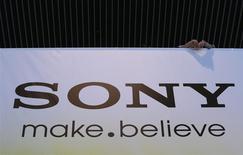 Foto de archivo del logo de Sony en las oficinas centrales de la empresa en Tokio. May 22, 2013. La unidad de equipos electrónicos de Sony Corp dijo el miércoles que cerrará 20 tiendas minoristas en Estados Unidos y eliminará 1.000 empleos, en momentos en que el fabricante de televisores y consolas de juegos intenta contener pérdidas y recuperar participación de mercado. REUTERS/Toru Hanai