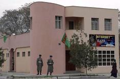 """Туркменские военные рядом с интернет-кафе в Ашхабаде 23 февраля 2007 года. Туркмения, которую международная правозащитная организация """"Репортеры без границ"""" причисляла к странам-""""врагам интернета"""", в среду восстановила доступ к социальным сетям Facebook и YouTube. REUTERS/Stringer"""