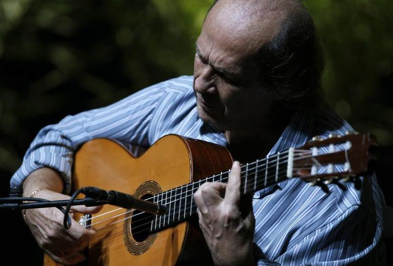 Spanish flamenco guitarist Paco de Lucia plays a guitar during a rehearsal of closing concert of the Biennial of Flamenco in the Andalusian capital of Seville October 9, 2010. REUTERS/Marcelo del Pozo