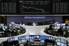 Unos operadores en sus puestos de trabajo en la Bolsa alemana en Fráncfort, feb 26 2014. Las acciones europeas retrocedieron el miércoles, tras una racha alcista de tres semanas, ante una renovada presión sobre el sector de bienes de lujo que está muy expuesto a los mercados emergentes. REUTERS/Remote/Stringer