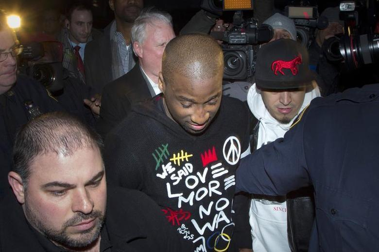 New York Knicks point guard Raymond Felton (C) leaves Manhattan Criminal Court after his arraignment in New York February 25, 2014. REUTERS/Andrew Kelly