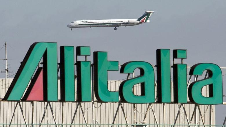 An Alitalia jet makes a landing approach at Fiumicino airport in Rome November 18, 2008. REUTERS/Chris Helgren