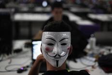 """Un hombre con una máscara de Guy Fawkes durante el encuentro dev internet """"Campus Party"""" en Sao Paulo, ene 30 2013. Los hackers brasileños están amenazando con una ofensiva durante el Mundial, agregando los ataques cibernéticos a los desafíos de un torneo ensombrecido por las protestas, los retrasos y gastos excesivos. REUTERS/Nacho Doce"""